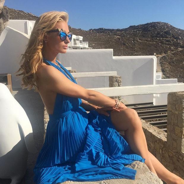 Paris Hilton sensualiza de pernas de fora na Grécia (Foto: Instagram/ Reprodução)