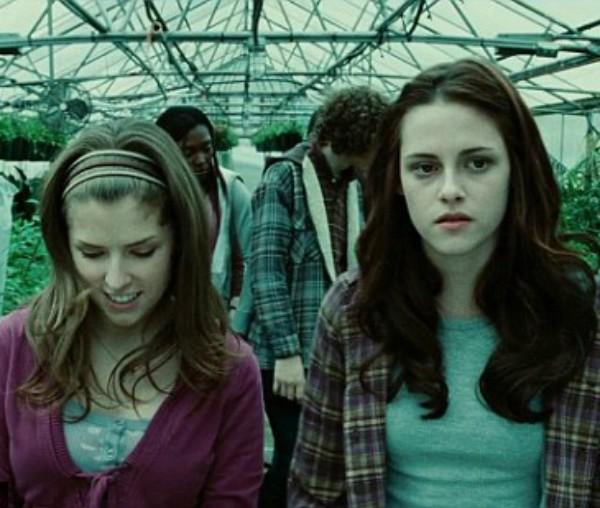 Kristen Stewart e Anna Kendrick em cena da saga 'Crepúsculo' (Foto: Reprodução)