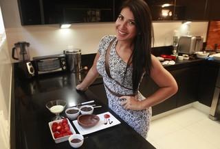 Com ajuda de amiga, Priscila Pires faz receitas fit para não sair da dieta nesta Páscoa (Foto: Isac Luz / EGO)