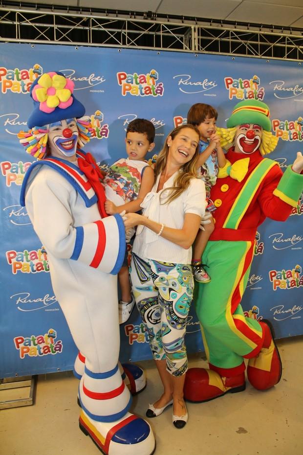 Luana Piovani com o filho (Foto: Fabio Moreno / AgNews)