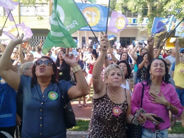 Apoiadores de Ulisses Maia comemoram a vítoria na Avenida Brasil (Foto: João Dutra/RPC)