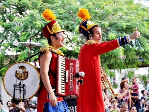 Duo Morales, de São Paulo (SP), apresenta o espetáculo Dois na Roda (Foto: Divulgação/Sesc)