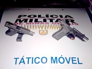 PM apreendeu pistolas e munição com jovens em festa funk, em Santa Luzia (Foto: Divulgação/Polícia Militar)