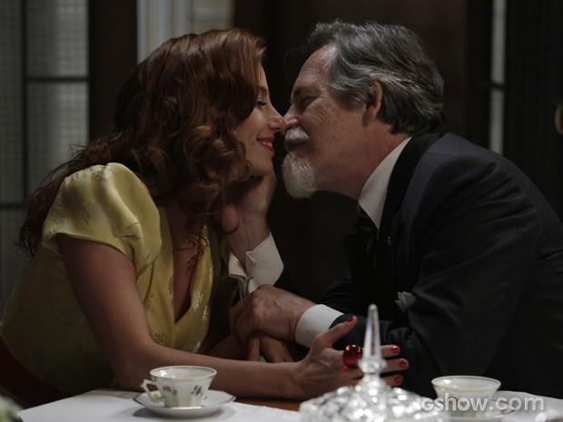 Fofos! Ernest e Dália trocam um beijo (Foto: Fábio Rocha/TV Globo)