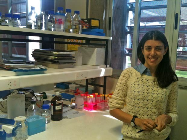 A estudante de biologia Fernanda de Araújo Ferreira em um laboratório da Universidade de Brasília (Foto: Raquel Morais/G1)