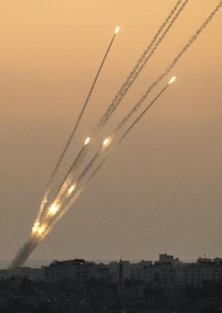 Na cidade israelense de Sderot se vê foguetes lançados de Gaza  (Foto: AFP)