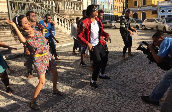 Maria conhece grupo que participa de projeto em homenagem ao rei do pop (Foto: TV Bahia)