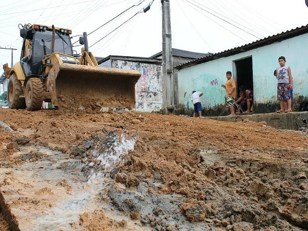 Moradores passaram a noite tirando o barro das casas (Foto: Girlene Medeiros / Do G1 AM)