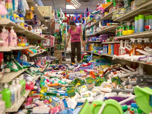 Produtos caem no chão de supermercado após terremoto na Califórnia (Foto: Alex Washburn/AP)