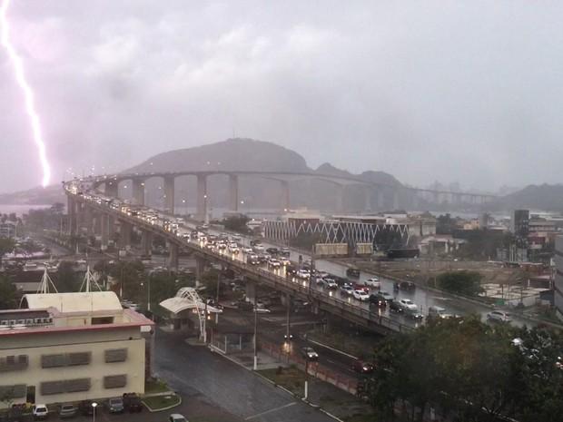 Raio atinge ponto em Vila Velha (Foto: VC no ESTV)