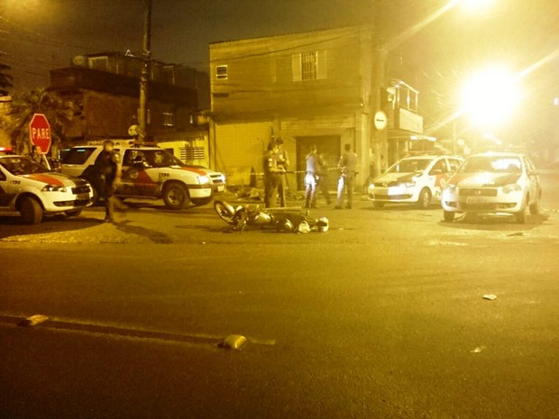 Moto ficou no chão após perseguição policial entre Cubatão e Santos (Foto: Divulgação / Polícia Militar)