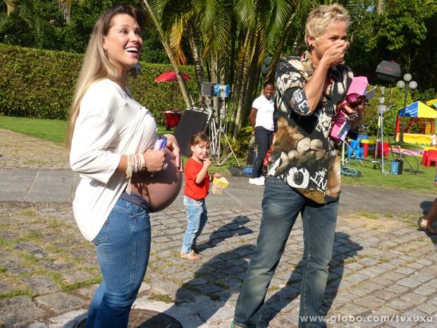 Xuxa se espanta com bebês de Xiquitita (Foto: TV Globo / TV Xuxa)