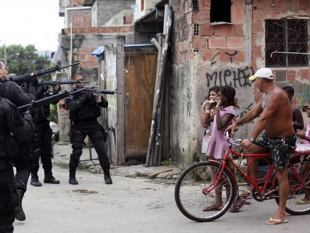 Operação bope favela maré  (Foto: Ricardo Moraes/ Reuters)