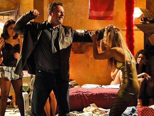 Jéssica apanha de Russo após tentar fugir da boate (Foto: Divulgação/TV Globo)
