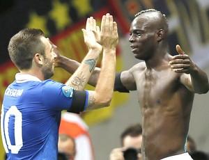 Mario Balotelli e Cassano comemoram gol da Itália contra a Alemanha (Foto: EFE)