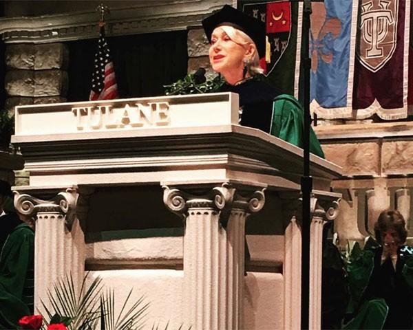 Helen Mirren durante a formatura das turmas da Tulane University (Foto: Reprodução Twitter)