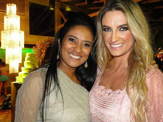 Liliane Barros Marty Caron e Camila Chairi foram responsáveis pela organização da festa (Foto: Raquel Freitas/G1)