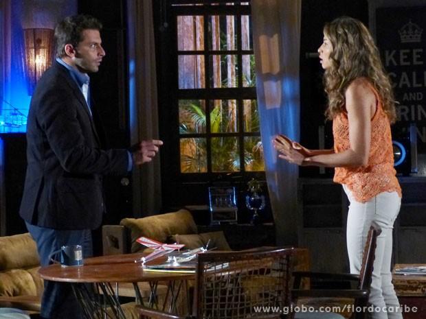 Ester conta a Cassiano que Alberto ameaçou a vida de Samuca (Foto: Flor do Caribe / TV Globo)