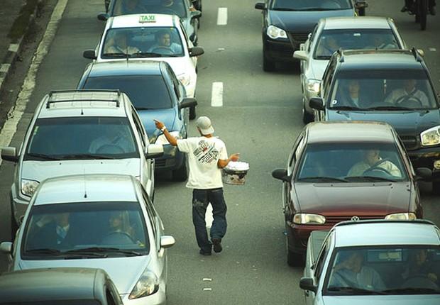 Vendedor ambulante ; emprego informal ;  recessão ; desemprego ;  (Foto: Reprodução/Twitter)
