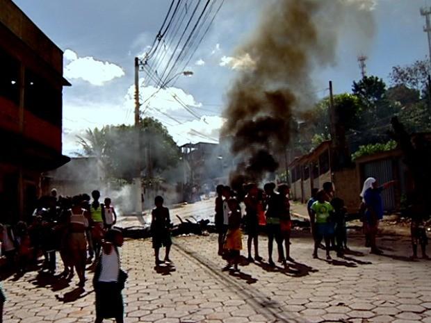 Moradores do bairro Aparecida, em Cariacica, na Grande Vitória protestaram contra abandono. (Foto: Reprodução / TV Gazeta)