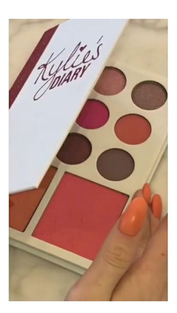 Kylie's Diary vem com o primeiro blush da marca (Foto: Reprodução Snapchat)
