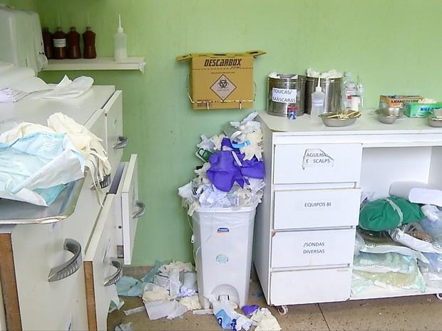 Lixo está acumulado por toda parte no Hospital Giselda Trigueiro (Foto: Reprodução/Inter TV Cabugi)