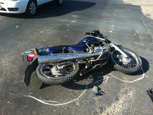 Moto atingida durante acidente na Zona Leste de Manaus (Foto: Camila Henriques /G1 AM)