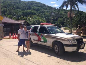 Moradores da Guarda do Embaú vestiram camisetas com fotos de Ricardinho (Foto: Larissa Vier/RBS TV)