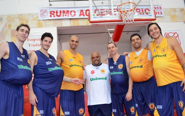 Jogadores do São José Basquete com o massagista Pia (Foto: Danilo Sardinha/Globoesporte.com)