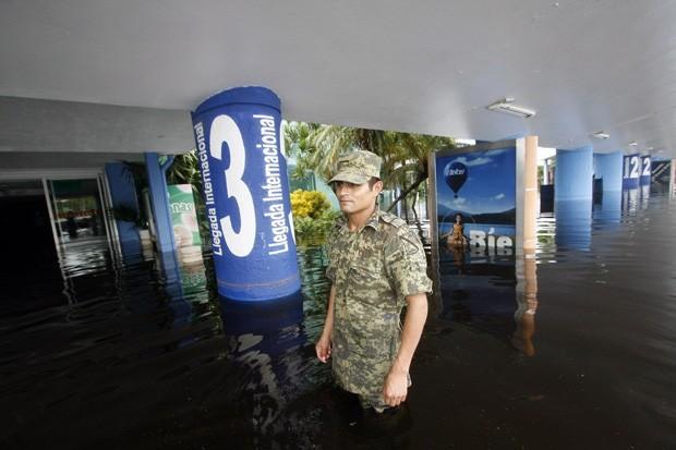 Soldado caminha pelo aeroporto de Acapulco atingido pelas chuvas (Foto: Pedro Pardo/AFP)