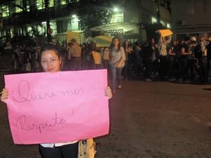 Aluna mostra cartaz durante protesto em frente à faculdade (Foto: Marcelo Mora/G1)
