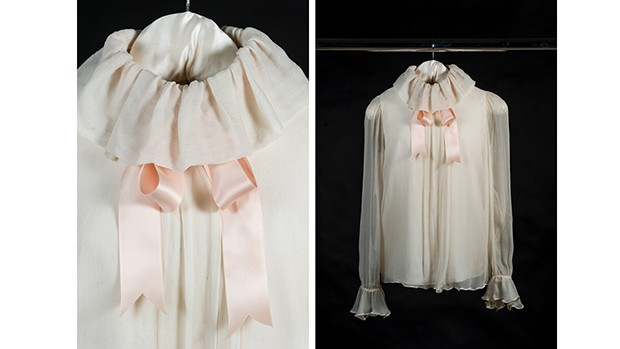The chiffon blouse with satin ribbon necktie by Emanuel, which Diana wore for a society photoshoot with Lord Snowdon for Vogue, February 1981. The publication of the photographs coincided with the announcement of Diana's engagement to Prince Charles and then became known as her first official portrait (Foto: HISTORIC ROYAL PALACES)