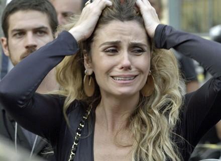 Atena se desespera e grita seu amor após tiro em Romero