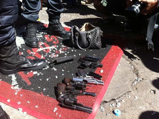 Bolsas e armas apreendidas em assalto na Tijuca  (Foto: Janaína Carvalho/G1)