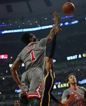 Derrick Rose faz o arremesso mesmo com a marcação em cima (Foto: Getty Images)