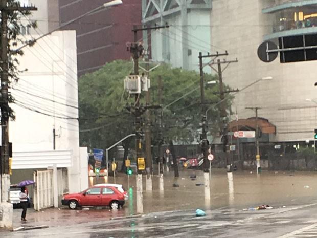 Avenida Pompeia ficou alagada com a chuva (Foto: Melissa Costa e Souza/VC no G1)