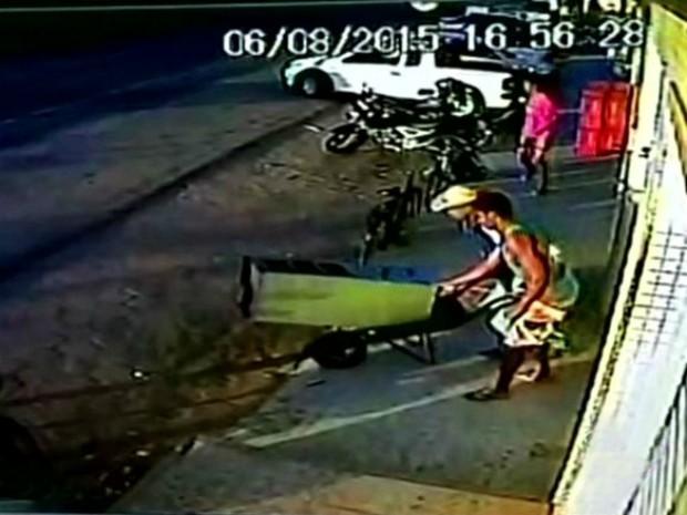 Cofre foi levado em carrinho de mão (Foto: Reprodução/ TV Gazeta)