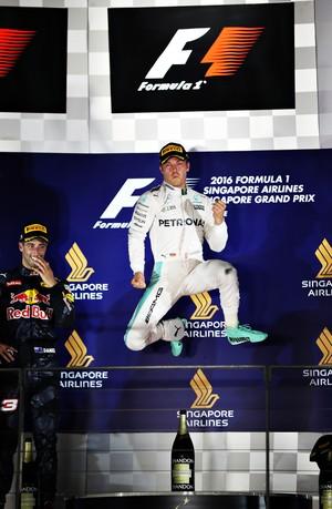 Nico Rosberg comemora vitória no pódio do GP de Cingapura (Foto: Getty Images)