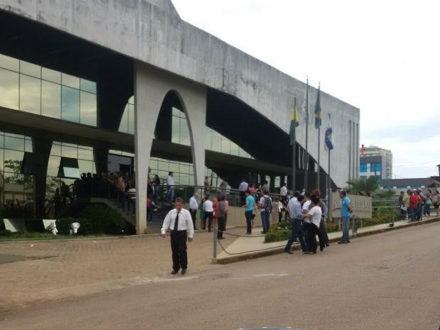 Funcionários tiveram que evacuar o prédio, após vazamento de gás (Foto: Victor Augusto/Arquivo pessoal)