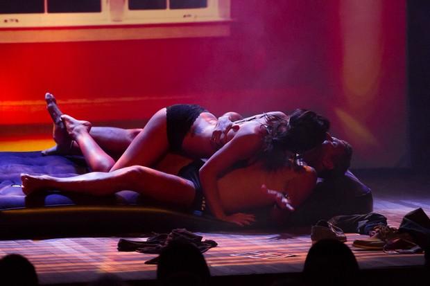 Juliana Knust e Eri Johnson em cena de Pequeno Dicionário Amoroso (Foto: Alex Nunes/Divulgação)