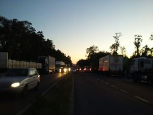 Caminhoneiros estão no km 68 da ERS-122, em Caxias do Sul (Foto: Marisol Santos/RBS TV)