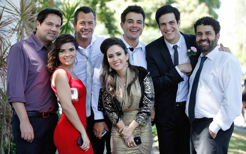 Malvino Salvador, o noivo de Paloma, posa com parte do elenco, todos convidados do casório (Foto: Amor à Vida/TV Globo)