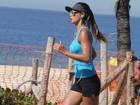 De shortinho, Letícia Wiermann corre na orla em praia do Rio
