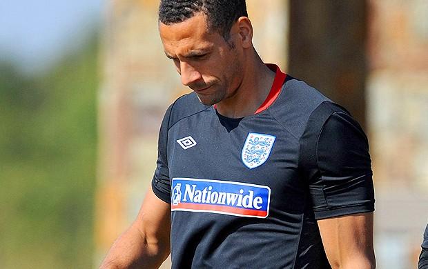 Rio Ferdinand deixa o treino da inglaterra machucado (Foto: agência Getty Images)