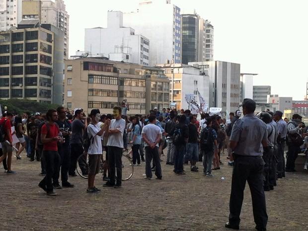 Manifestantes se concentraram no vão livre do Masp para protestar contra a corrupção na tarde desta sexta-feira (7) (Foto: Clara Velasco/G1)