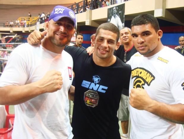 Luis Beção de preto, Glover Teixeira à direita e Rony Torres, atletas do UFC que prestigiaram o evento (Foto: Afonso Diniz/Globoesporte.com)