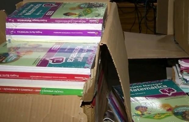 Livros descartados em entulho estavam novos e plastificados, em Goiás (Foto: Reprodução/TV Anhanguera)