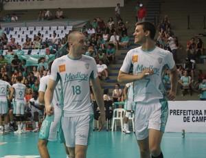 Franco conversa com Murilo Radke, durante jogo entre Campinas e São Bernardo, pela Superliga masculina de vôlei (Foto: Divulgação / Medley)