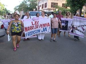 Mulheres seguiram em passeata até a praça  (Foto: Reprodução/TV Integração )