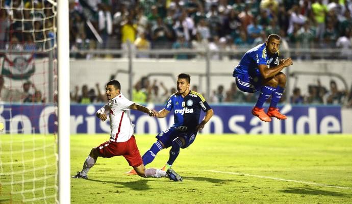 Vitor Hugo salta, e Willian marca para o Palmeiras (Foto: Marcos Ribolli)